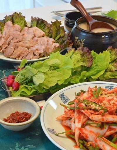 韓国料理_キムチとポッサムなおし400-600.jpg